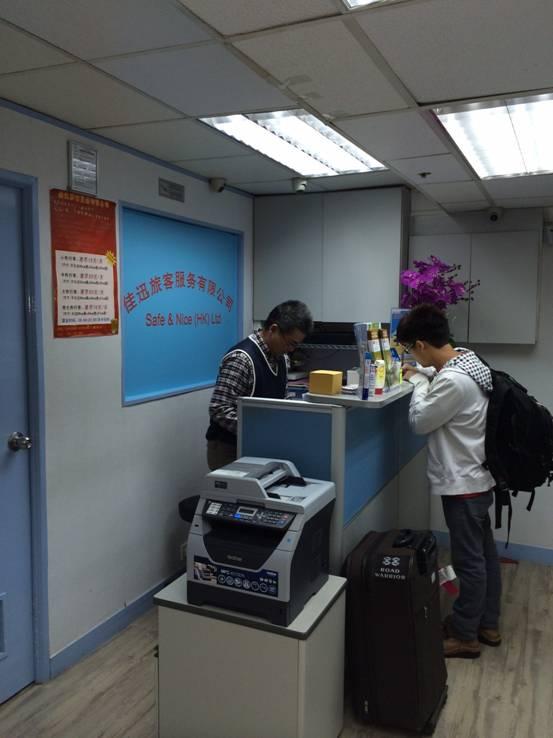 香港机场行李寄存是很多人都会遇到的问题,相信很多朋友都会选择在香港转机回国。一是机票便宜、航班多,二是可以免签香港停留7日。所以很多人在香港机场下了飞机之后,都想到香港逛上一逛。但行李此刻却成了我们的负担,下面教大家如何在香港机场寄存行李。 可能有些人喜欢直接在机场寄存行李,不过价格贵而且来回市区不方便。机场行李寄存收费价格20-40港币/小时,每天最少约300港币以上,而且在市中心逛完还得拧着大包小包再返回机场拿行李搭车返回国内。 下面告诉大家一个更好的